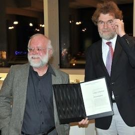 Prof. Dr. Ludger Lütkehaus (links) erhielt vom Präsidenten der Schopenhauer-Gesellschaft, Prof. Dr. Matthias Koßler, die Auszeichnung.